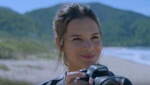 Bruna Marquezine busca pelo pai no trailer do filme 'Vou Nadar Até Você'