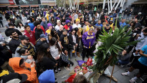 Fãs lotam entorno do Staples Center para prestar homenagens a Kobe Bryant