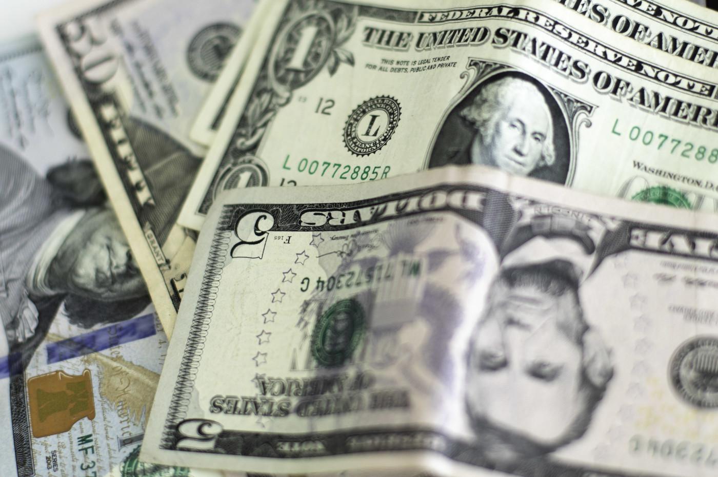 Câmbio recua com a queda do dólar ante uma cesta de moedas emergentes