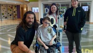 Boa ação! Jason Momoa, o 'Aquaman', visita hospital infantil; confira