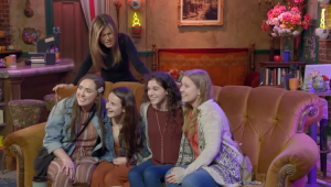Jennifer Aniston surpreende fãs em set original de 'Friends'