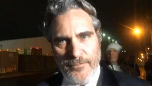Após ganhar prêmio, Joaquin Phoenix participa de protesto contra abate de porcos