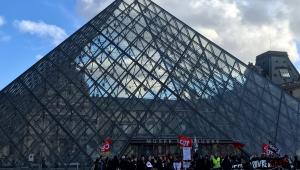 Grupo de manifestantes impede a abertura do Museu do Louvre