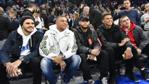 Sob os olhares de Neymar e Mbappé em Paris, Bucks batem Hornets pela NBA