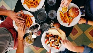 Pizzas, hambúrgueres e fritas voltam às escolas dos EUA por ordem de Trump