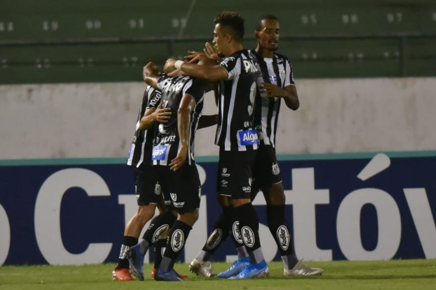 Com gol contra nos acréscimos, Santos bate Guarani e conquista primeira vitória com Jesualdo