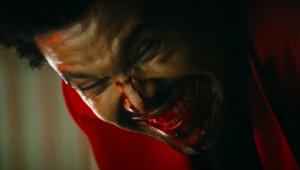 The Weeknd aparece com a cara cheia de sangue no clipe de 'Blinding Lights'; veja