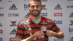 Thiago Maia escolhe música no Flamengo e avisa: 'Bola passa, jogador, não'
