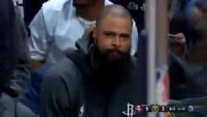 Em cena tocante, pivô do Houston Rockets chora pela morte de Kobe Bryant durante jogo