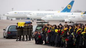 Restos mortais de vítimas de derrubada de avião no Irã chegam a Kiev