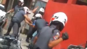 SP: PMs que aparecem espancando homem em vídeo são afastados