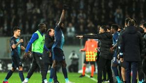 Jogador do Porto sofre insultos racistas e abandona a partida; assista