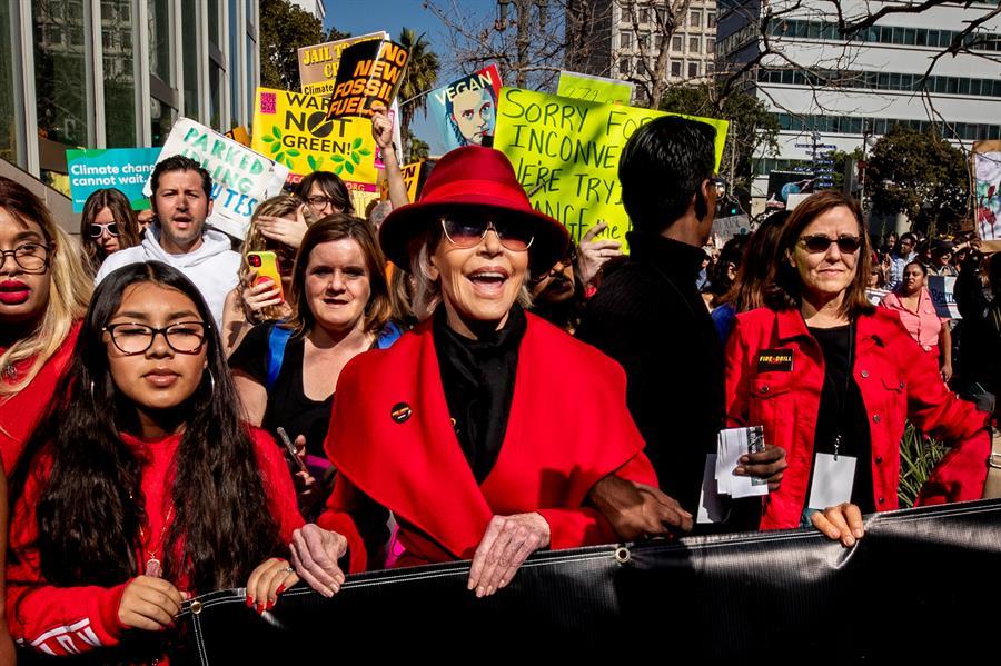 Com Joaquin Phoenix, Jane Fonda transfere protestos contra crise climática para Hollywood – Jovem Pan