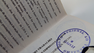 carteira de trabalho aberta em uma página e com um carimbo