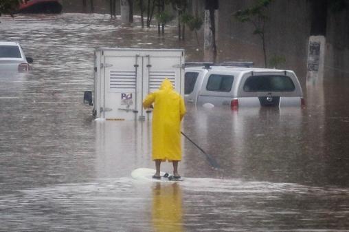 'Para resolver enchentes, solução seria devolver várzea aos rios', diz Garcia