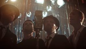 Coldplay lança clipe performático com casais dançando; assista 'Cry Cry Cry'