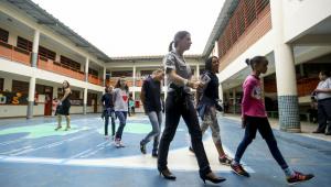 crianças adando em escolas