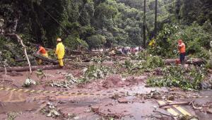 Rio-Santos volta a ser interditada por queda de barreiras em São Sebastião