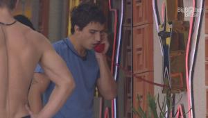 BBB 20: Felipe atende o Big Fone e ganha imunidade