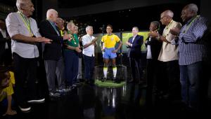Sem a presença do Rei, CBF inaugura estátua de Pelé no Museu da Seleção