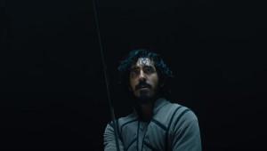 Dev Patel enfrenta gigante em versão sombria de Rei Arthur; veja o trailer