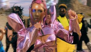 Lady Gaga é guerreira alienígena em clipe de 'Stupid Love'; assista