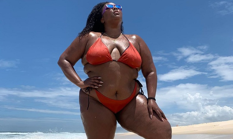 No Brasil, Lizzo curte dia de praia em Copacabana – Jovem Pan