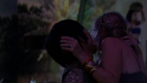 BBB 20: Pyong tenta beijar Marcela e apalpa a bunda de Flayslane