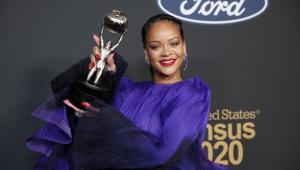 Rihanna recebe prêmio por trabalho beneficente: 'Podemos consertar o mundo'