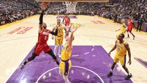 Monstro! Westbrook supera 20 mil pontos e comanda vitória dos Rockets sobre os Lakers