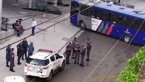 Homem sequestra ônibus da EMTU, é perseguido pela polícia, bate o coletivo e é baleado