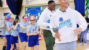 Richarlison e Mina dão aula de dança para crianças em Liverpool; assista
