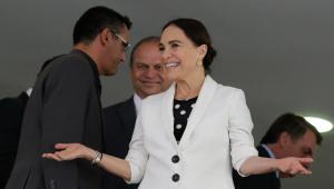 Regina Duarte sorrindo de braços abertos