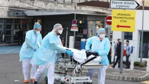 França tem 833 mortes em 24 horas; total chega a quase 9 mil