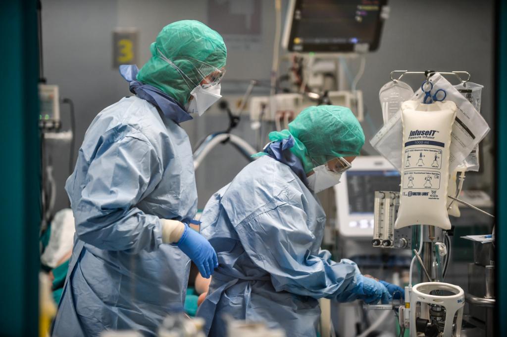 Sem máscaras, médicos e enfermeiros esperam ajuda do governo e ...
