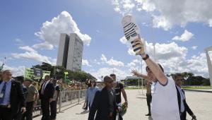 Bolsonaro deixa isolamento e cumprimenta manifestantes na rampa do Planalto