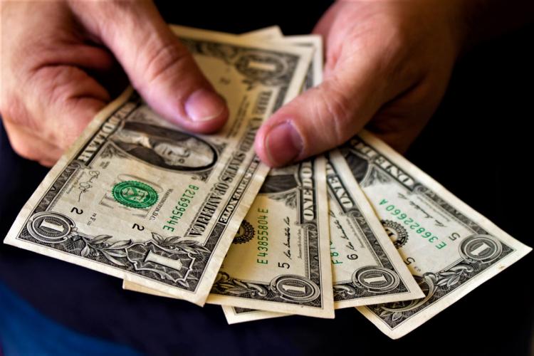 Em 6º dia de queda, dólar fecha a R$ 5,27, menor valor desde 17 de abril