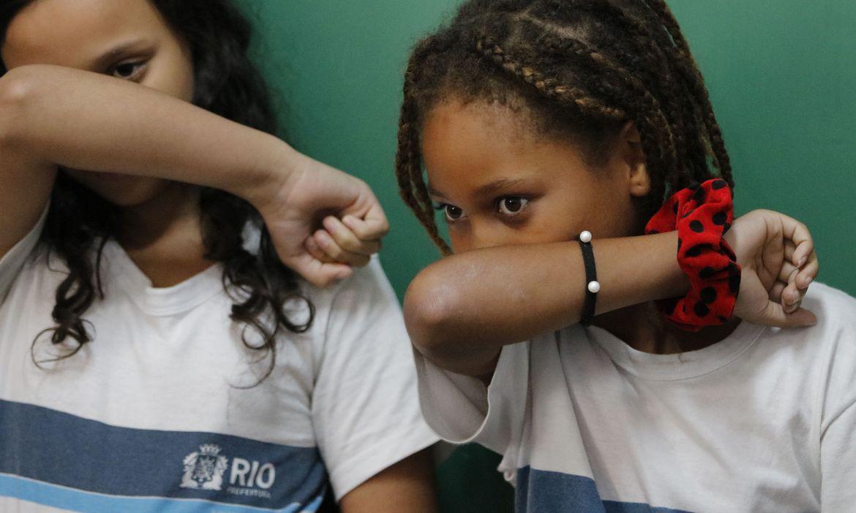 criancas-espirrando-coronavirus-gripe