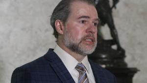 O ministro do STF Dias Toffoli de terno falando