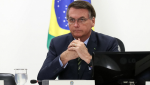 Bolsonaro sanciona projeto que destina R$ 600 a informais