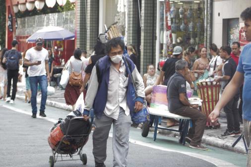 'Estamos tentando salvar vidas', afirma secretário sobre comércio fechado