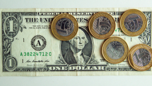 Dólar opera em queda e chega a ser vendido por menos de R$ 5
