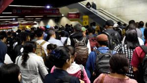 Paulistanos enfrentam transporte cheio na volta para casa no primeiro dia após flexibilização