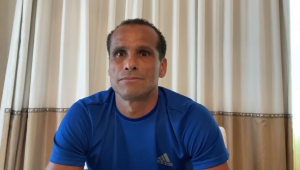 Rivaldo se emociona e desafia jogadores: 'Vamos ajudar quem não tem o que comer'