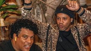 Ronaldinho Gaúcho curte festas com modelos e karaokê em prisão domiciliar, diz site