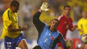 Goleiro turco que 'pintava' o rosto e enfrentou Brasil em 2002 está com Covid-19