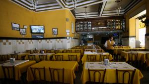Bares e restaurantes reabrem com pouco público em SP