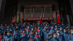Covid-19: Médicos e enfermeiros se despedem de Wuhan no fim da quarentena