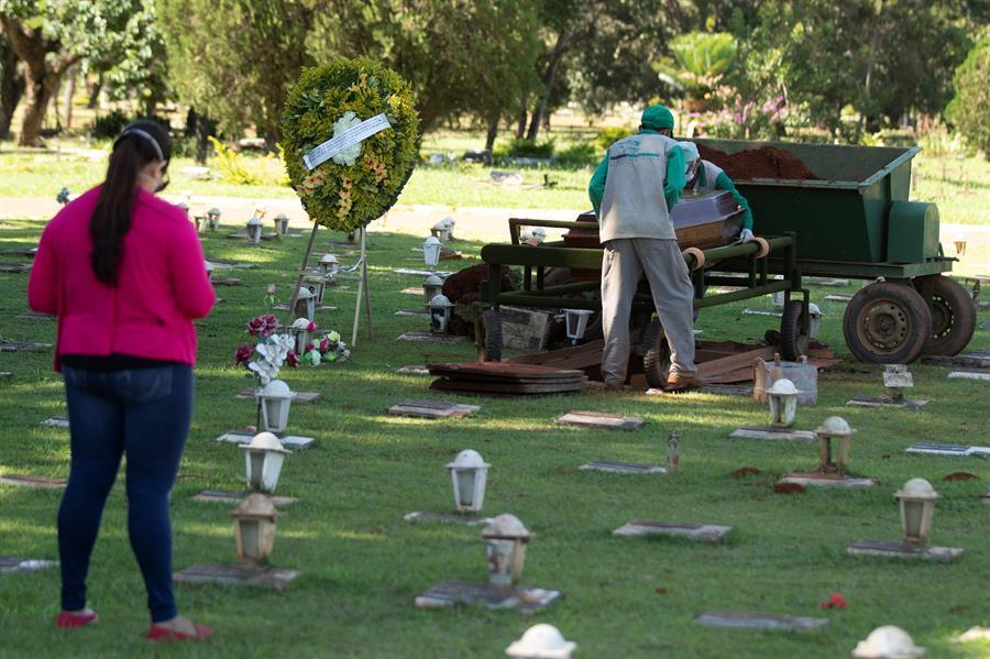 cemitério com cruzes/mortes por covid-19