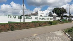 """""""Não queremos você aqui"""": Cemitério na Bahia manda recado para conscientizar sobre quarentena"""
